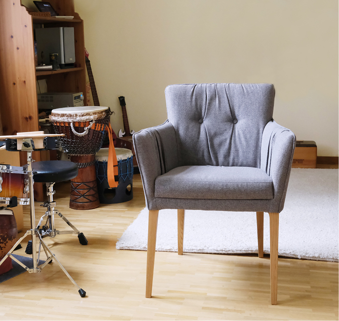 Musikraum mit leerem Stuhl im Vordergrund