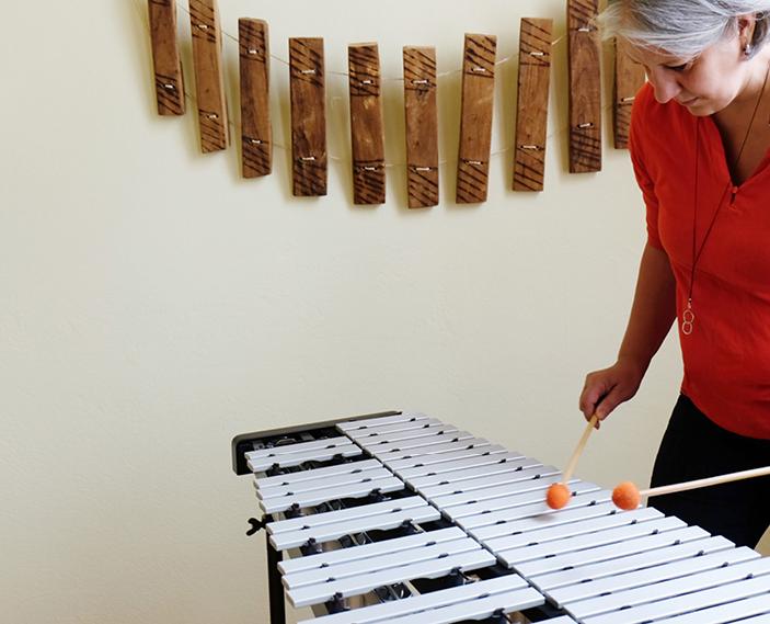 Judith Sonntag spielt auf einem Instrument